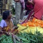 donna vende verdure in India